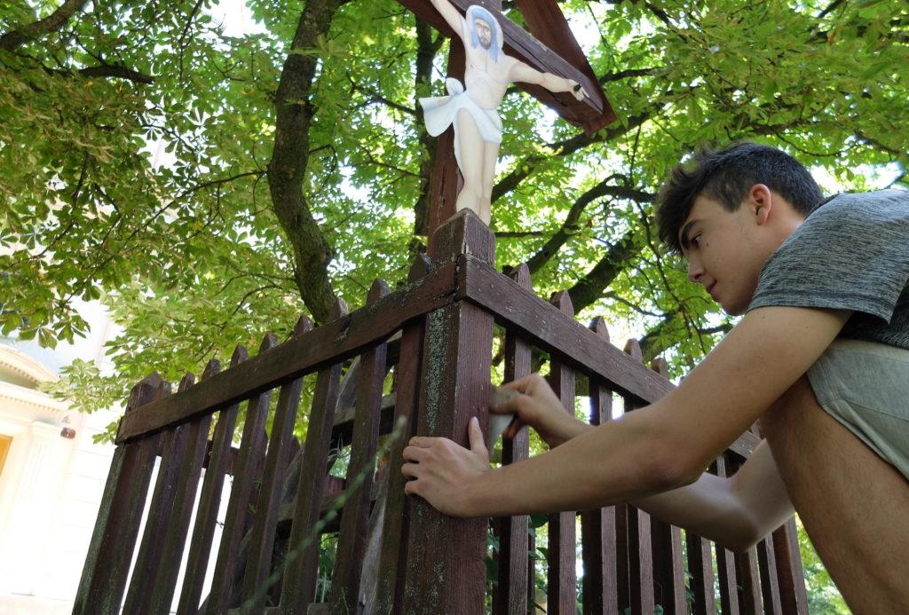 Dobrovolníci pomáhají s renovací křížů v Češku selu