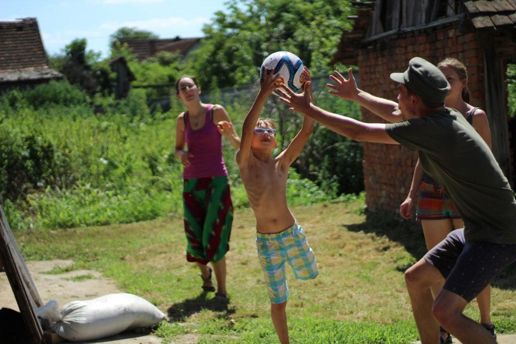 Dobrovolníci a místní děti u Etno kuči v Kruščici