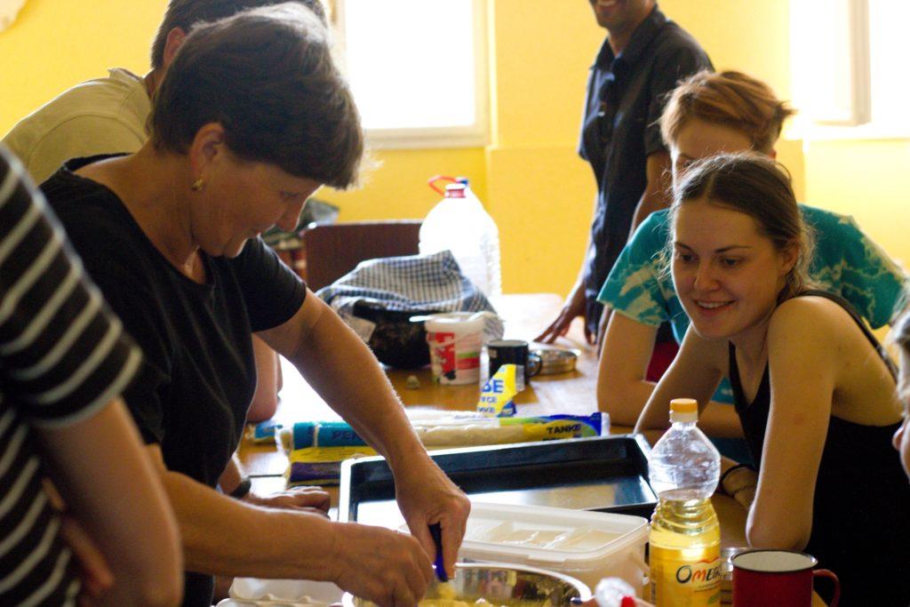 Krajané pečou s dobrovolníky místní speciality