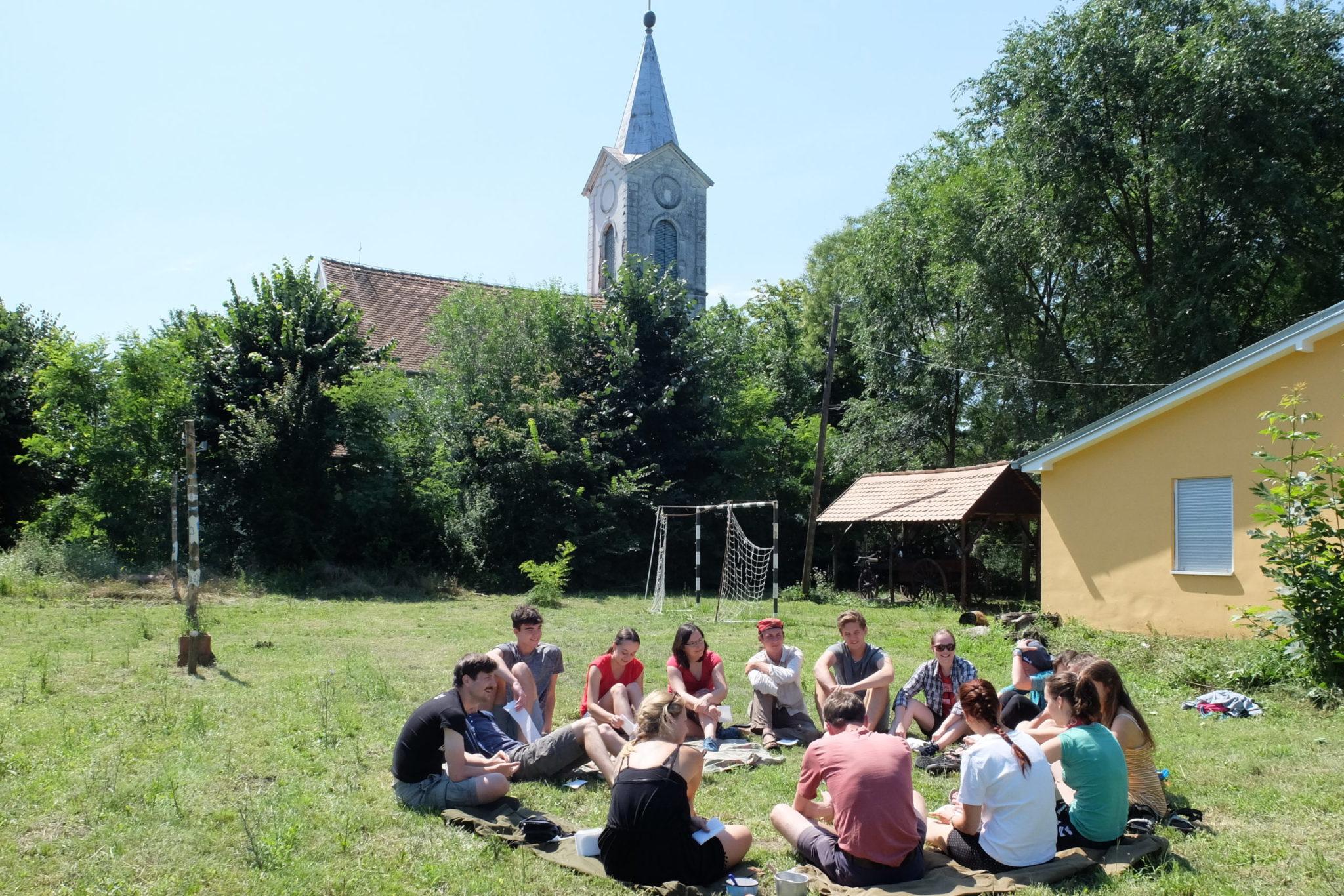 Účastníci workcampu na hřišti u kostela